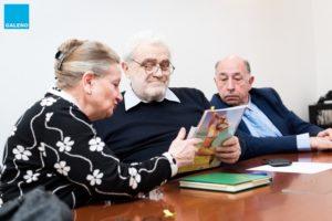 Mariella Armati, mamma di Eleonora Cantamessa, mostra le lettere scritte dalle pazienti di Eleonora